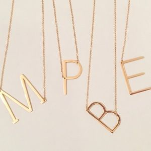 Initial necklace gold letter E